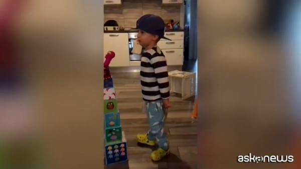 Il piccolo fan Riccardino canta Vasco e spopola su Instagram
