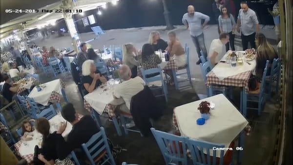 Boccone di traverso, cliente sta per soffocare: ristoratore lo salva con manovra di Heimlich