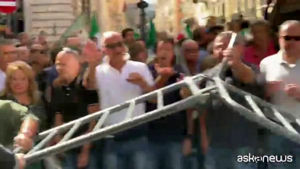 Roma, manifestanti FdI sfondano transenne: tensione con polizia