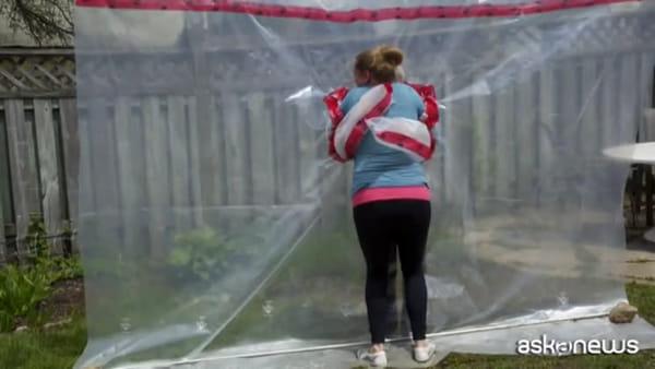 """Una canadese inventa l'""""hug glove"""" per riabbracciare la madre"""