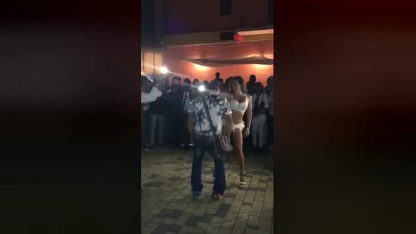 Si scatena con la ballerina super sexy: la moglie lo schiaffeggia davanti a tutti