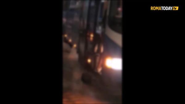 Autista picchia passeggero che non vuole scendere dal bus | Video