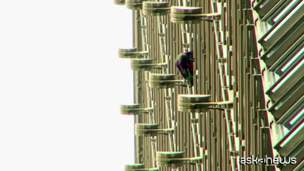 Hong Kong, Spiderman scala grattacielo e issa striscione per pace