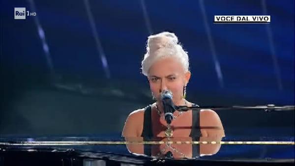"""Tale e Quale Show, Lidia Schillaci imita Lady Gaga e canta """"Shallow"""""""
