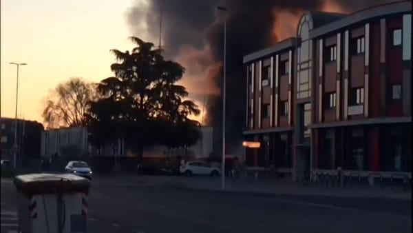 Il boato e l'incendio, ambulanza scoppia durante un controllo: le immagini