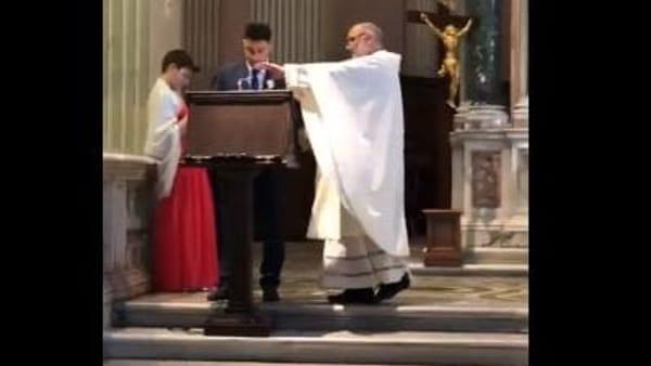 Tifoso legge l'inno della Roma durante il matrimonio. E il parroco lo riprende