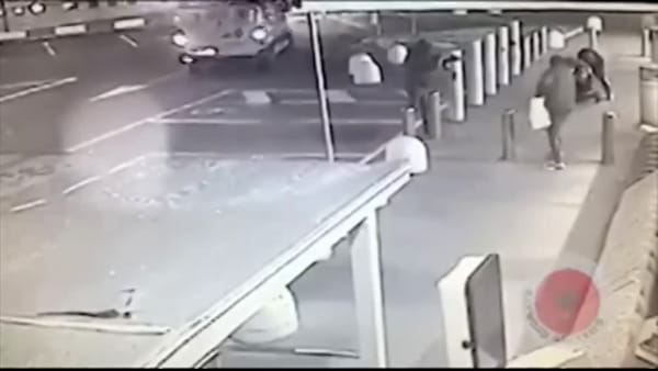 Armati di pistole e kalashnikov assaltano portavalori davanti al supermercato