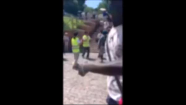 Roma, vigili accerchiati e aggrediti da un gruppo di abusivi (video)