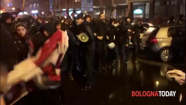 Salvini a Bologna, idranti contro la marcia dei contestatori