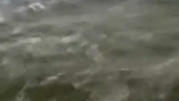 Dorian, l'aeroporto sommerso dall'acqua: sembra di essere in mare aperto (video)