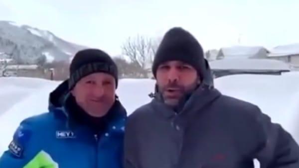 Checco Zalone bloccato sulla neve di Roccaraso: il siparietto con il sindaco è esilarante