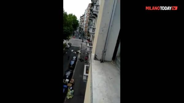 Follia in strada, inizia a urlare e spacca i finestrini delle auto parcheggiate