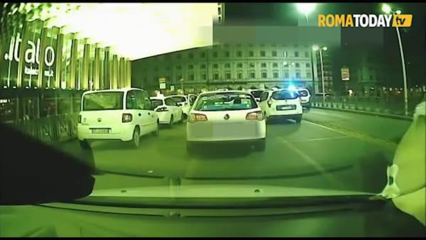 Colpisce un taxi con una spranga di ferro: l'aggressione ripresa dalle telecamere