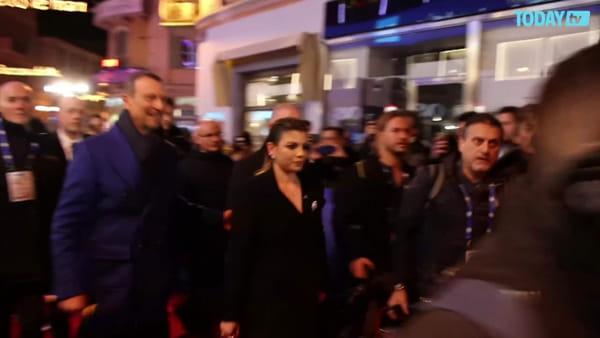 Sanremo 2020, Emma esce dall'Ariston e canta in piazza Colombo (VIDEO)