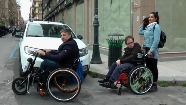 """Vigili e disabili in carrozzina """"a caccia"""" di incivili: 25 multe e 7 auto rimosse"""