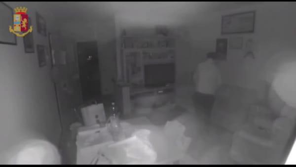 Ecco come agiva il ladro sospettato di aver svaligiato un centinaio di case (video)