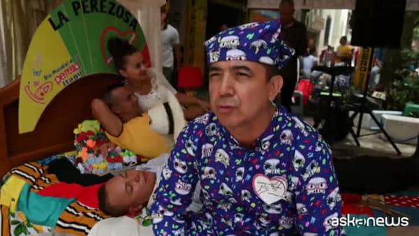 Colombia, il Giorno della Pigrizia: in strada con letti e amache