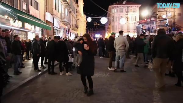 Gigi D'Alessio canta fuori dall'Ariston, ma la piazza è semideserta (VIDEO)