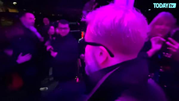 Da Achille Lauro a Piero Pelù: i big di Sanremo 2020 tra selfie e autografi (VIDEO)