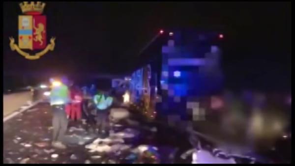 Terribile schianto in autostrada: papà, mamma e neonata perdono la vita