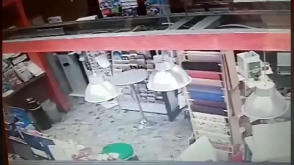 Donna coraggio affronta il rapinatore e lo mette in fuga | Video