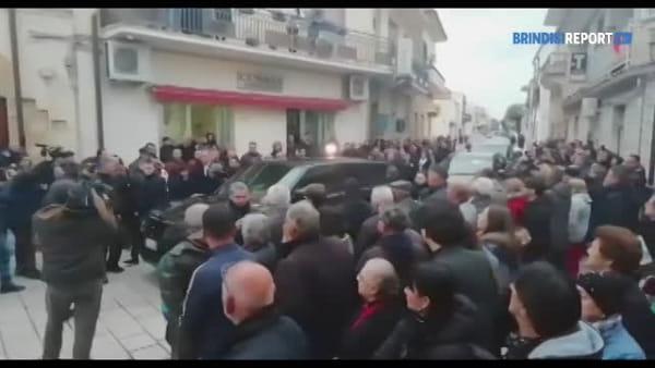 Funerali mamma Al Bano: applausi all'uscita del feretro dalla chiesa di Cellino San Marco