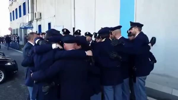 L'ultimo saluto a Matteo e Pierluigi: gli agenti si abbracciano per ricordare i due colleghi uccisi