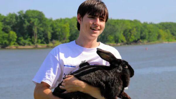 I conigli del giovane Caleb aiutano i bambini a superare i traumi