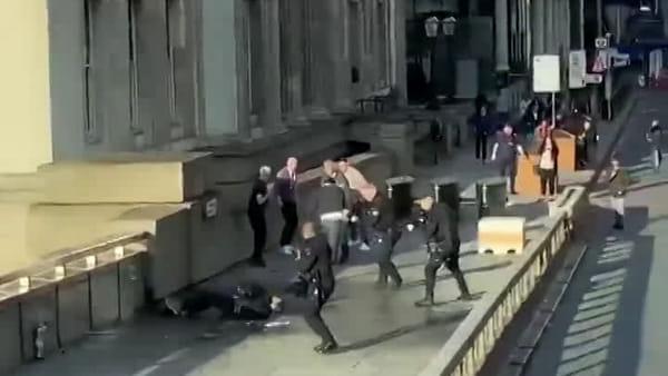 Sparatoria al London Bridge: in un video l'assalto della polizia