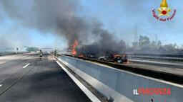 Tragedia sulla A1, schianto tra camion: i mezzi pesanti prendono fuoco, due morti