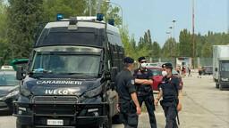 Rave clandestino con mille persone: arrivano i carabinieri e scattano le multe per tutti
