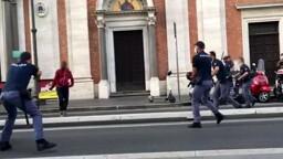 Paura alla stazione per un uomo armato di coltello: la polizia spara