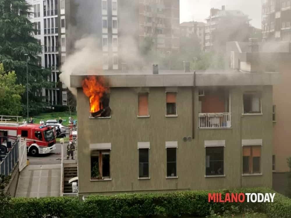Incendio oggi in via San Gimignano a Milano (zona