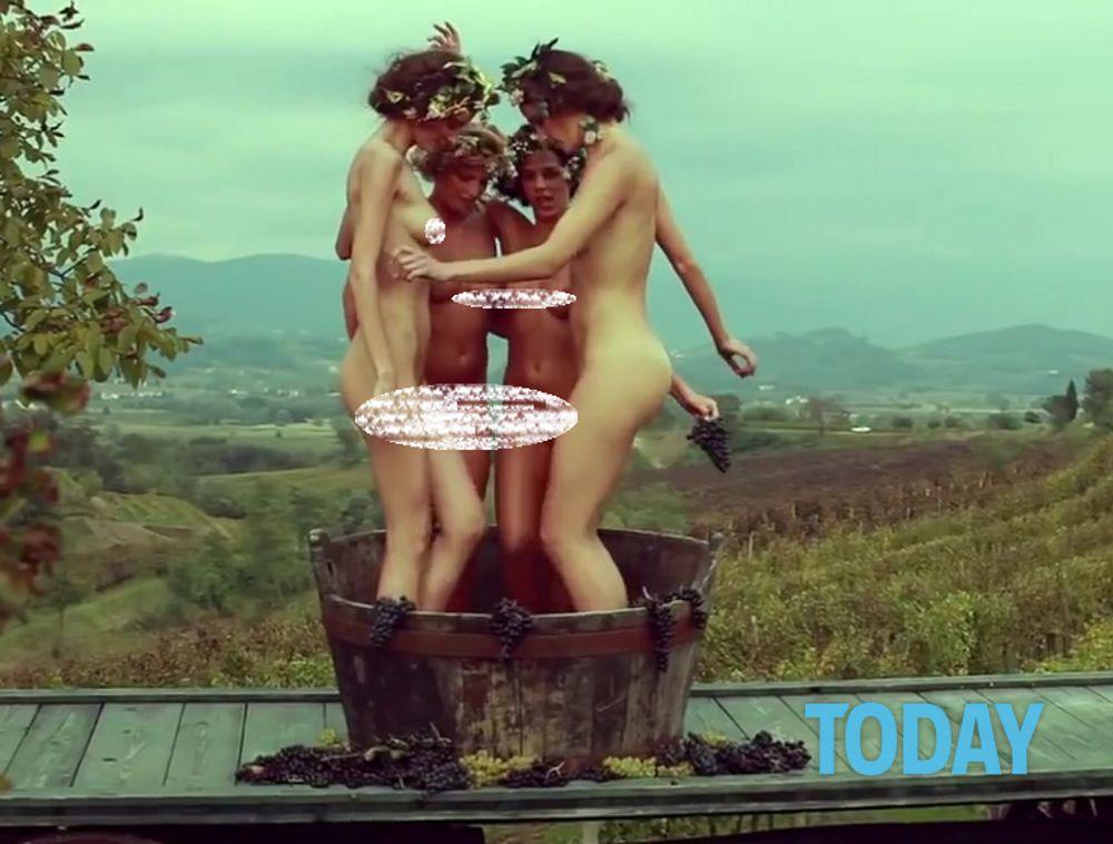 Modelle nude in vendemmia: è polemica sullo spot del vino