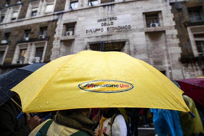 Lavoratori di Mercatone Uno in presidio davanti al ministero dello Sviluppo economico, Roma, 27 maggio 2019 (FOTO ANSA)