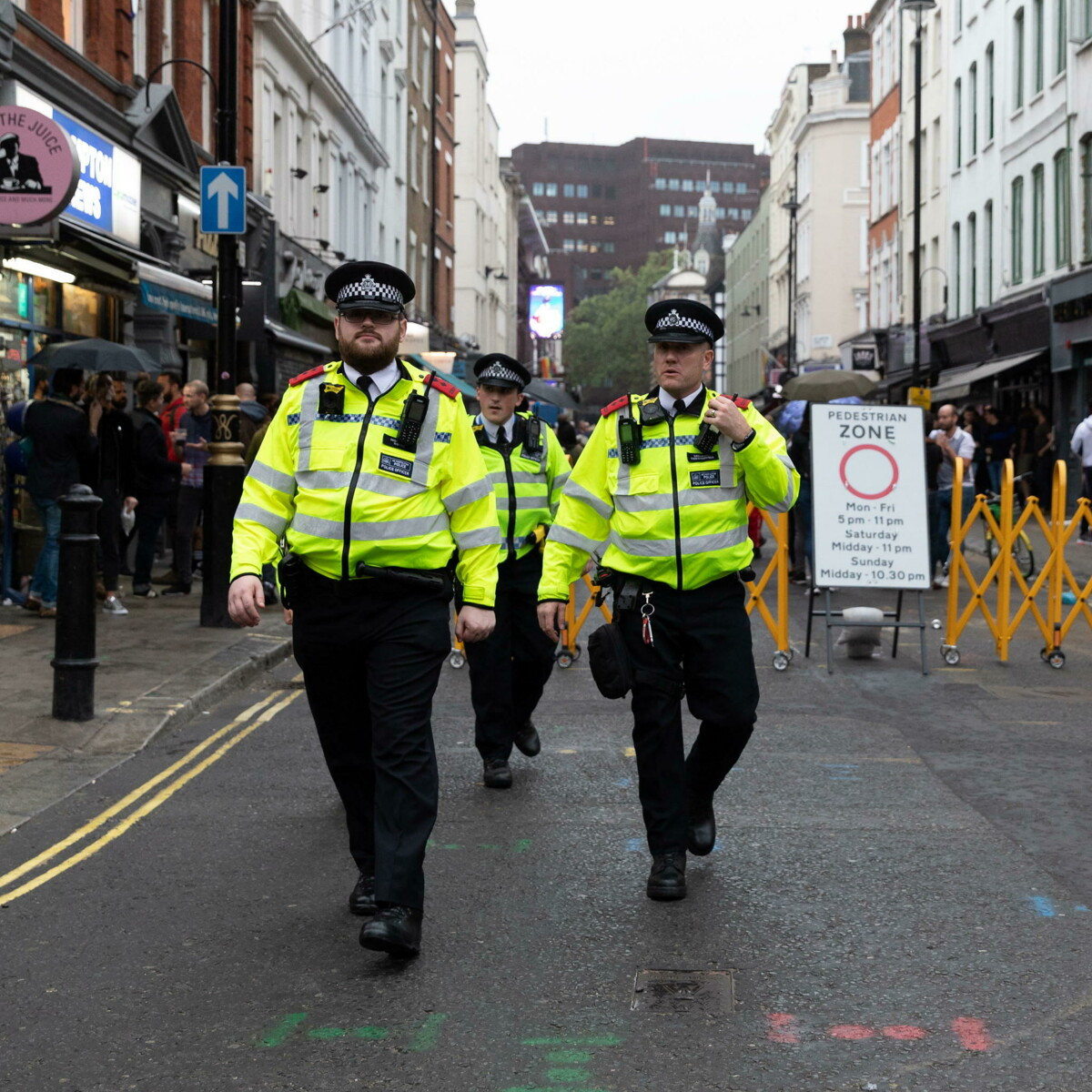 Boom di accoltellamenti in strada, Johnson vuole dare più poteri alla polizia. Che però protesta