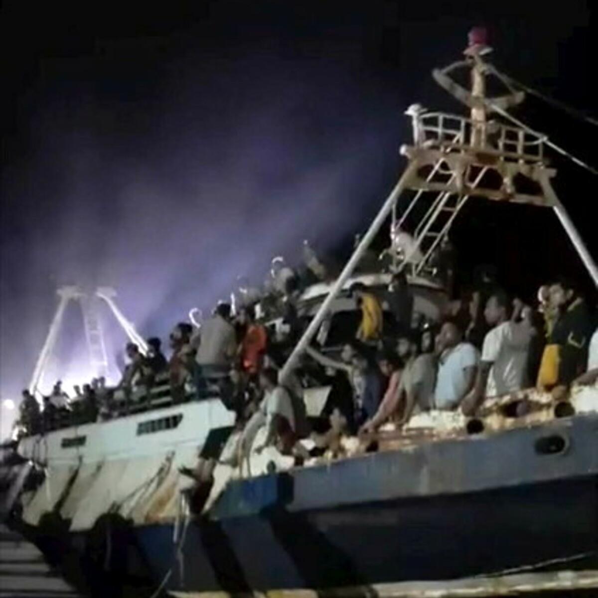 Più di 500 migranti sbarcati da un vecchio peschereccio di ferro