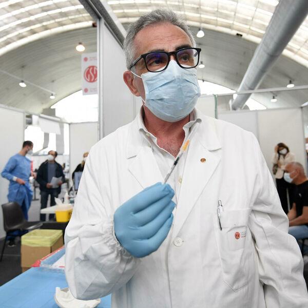 """Arriva l'influenza, attesi fino a 6 milioni di contagi: """"E distinguerla dal Covid non è semplice"""""""
