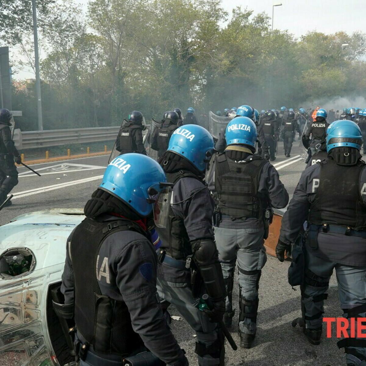 A Trieste il presidio no green pass finisce in guerriglia