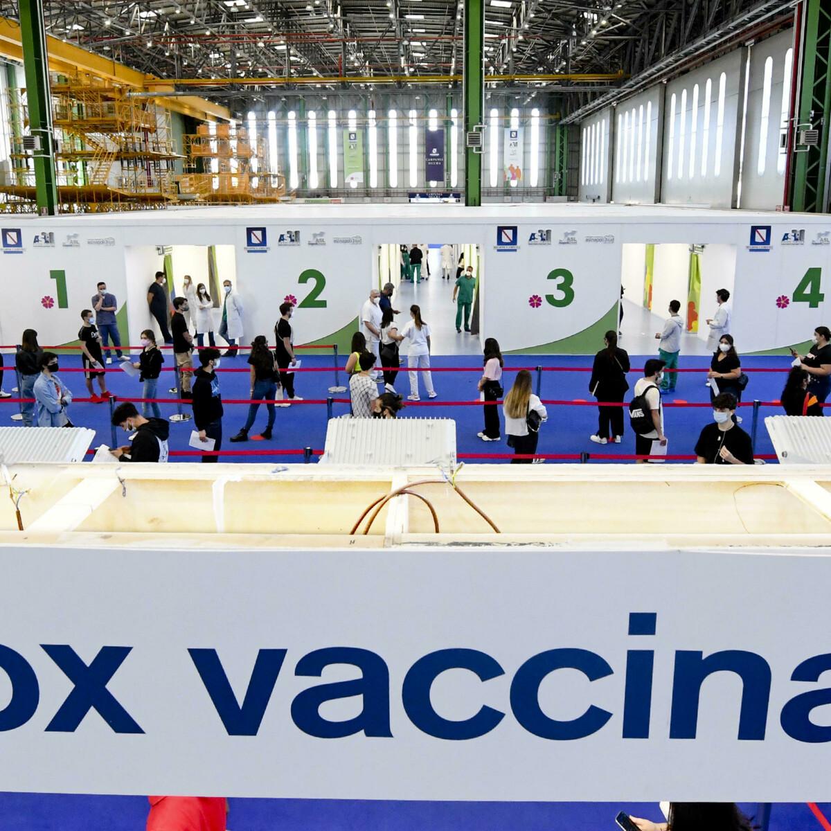 La corsa dei giovani al vaccino: boom di prenotazioni dopo il decreto di Draghi