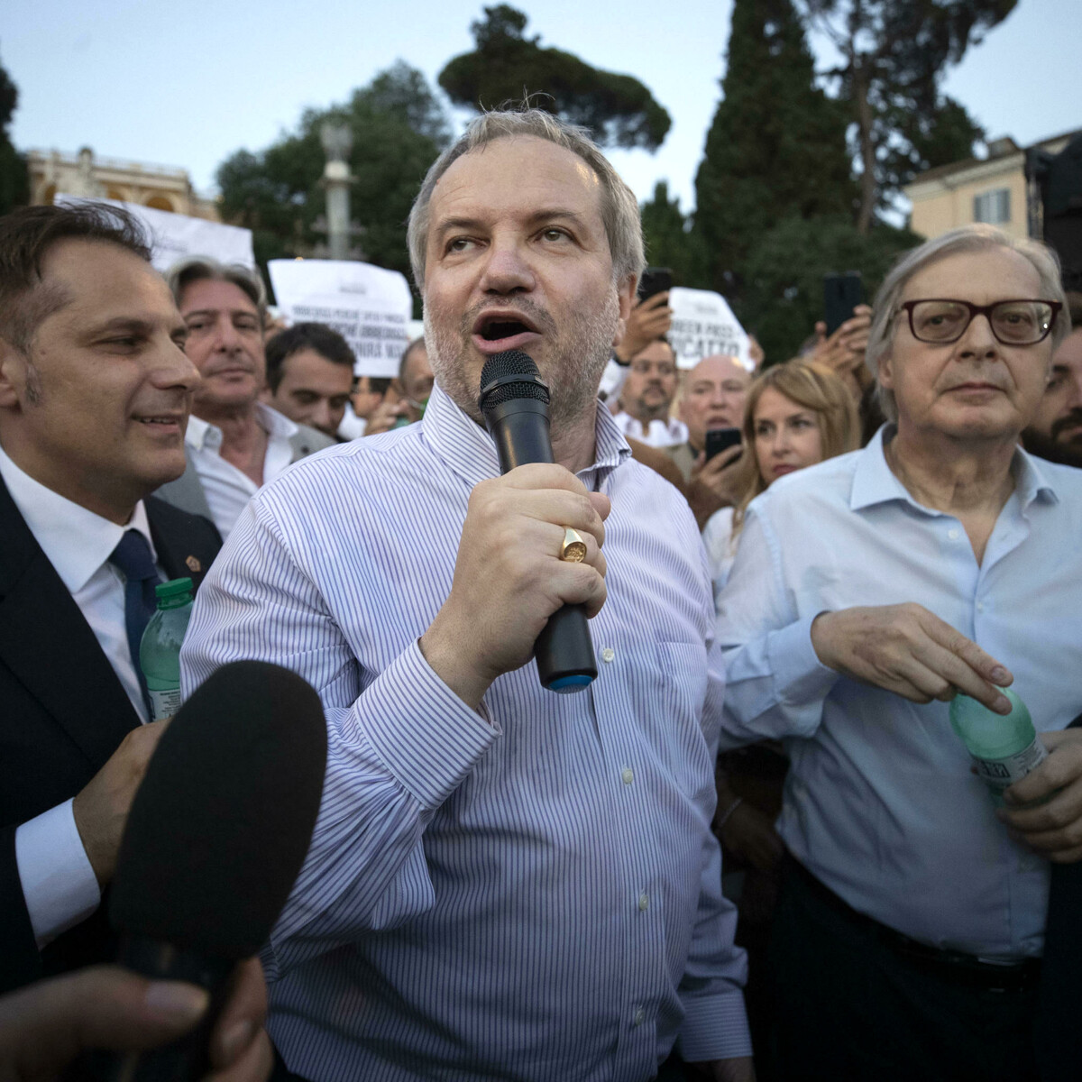 Il doppio gioco di Salvini: con la piazza no green pass tiene in ostaggio il governo