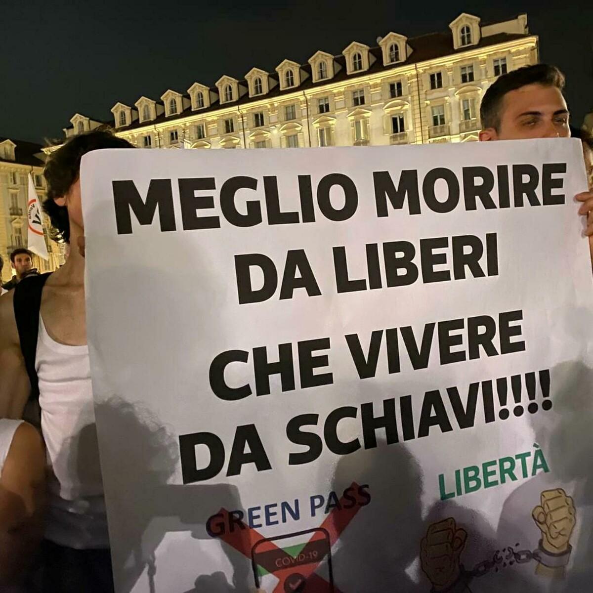 Il fronte no green pass scende in piazza: manifestazioni in tutta Italia
