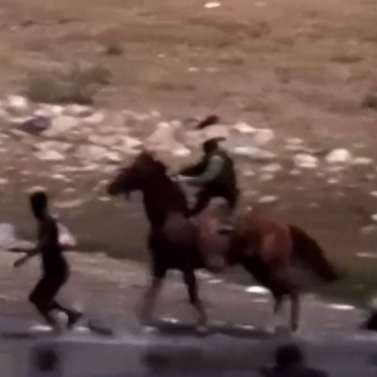 I migranti fermati e frustati dalla polizia di frontiera