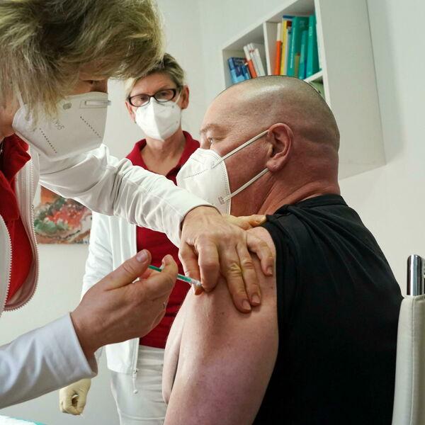 Più vaccini, più guadagni: il Paese che premia i medici che convincono i no-vax