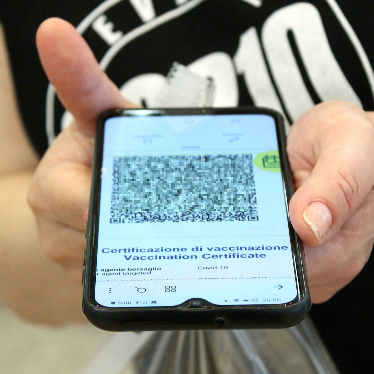 Boom di falsi Green pass online: anche 350 euro per un certificato