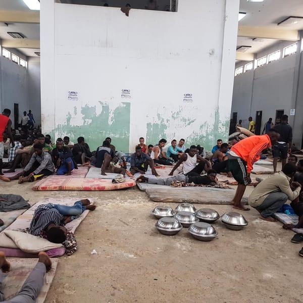 Partite di calcio con stupro delle mogli dei perdenti, le sevizie del trafficante più crudele della Libia