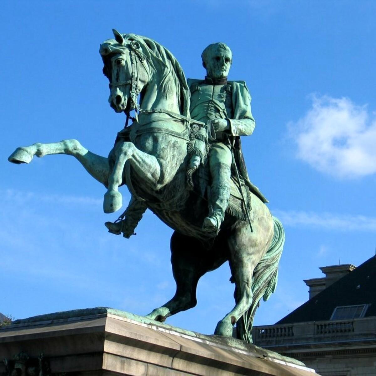 Una femminista al posto della statua di Napoleone: la proposta divide la Francia
