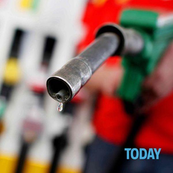 Prezzi dei carburanti alle stelle, rincari per oltre 400 euro: allarme per Natale