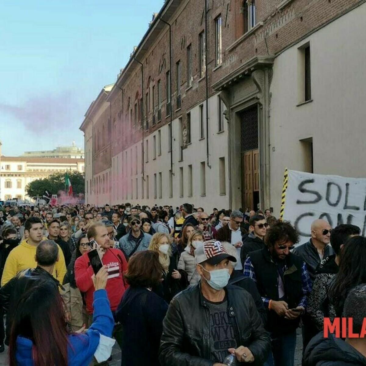Milano, i No Green Pass invadono il centro con il corteo non autorizzato