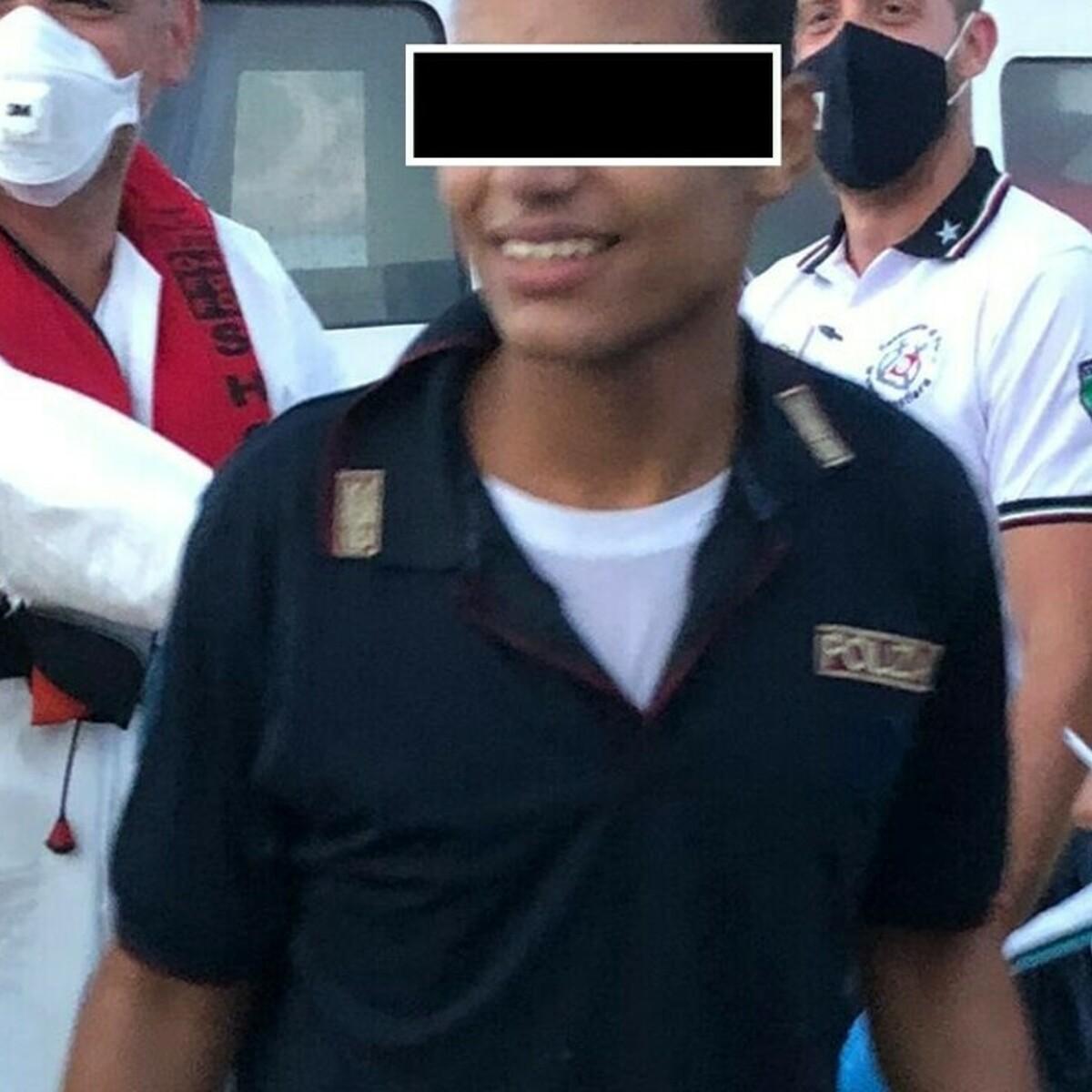 """A 15 anni sbarca a Lampedusa con la maglia della polizia: """"Il mio sogno è diventare un agente"""""""